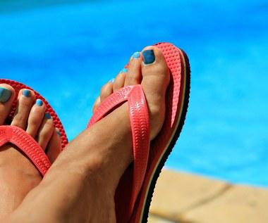 Czy popularne gumowe klapki stanowią zagrożenie dla zdrowia?