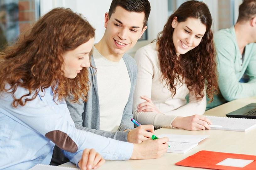 Czy popularne jest łączenie studiów z pracą zarobkową? /123RF/PICSEL