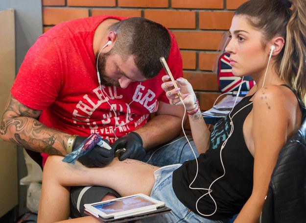 Czy pozwolić nastolatce na tatuaż? /123RF/PICSEL