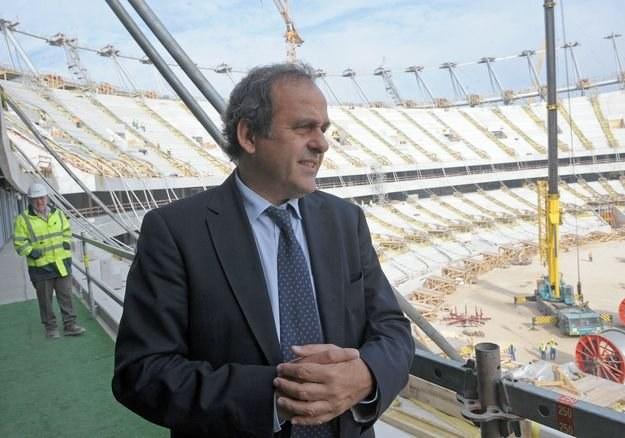Czy przy wyborze gospodarzy EURO 2012 doszło do korupcji? Michel Platni na stadionie Warszawie. /AFP