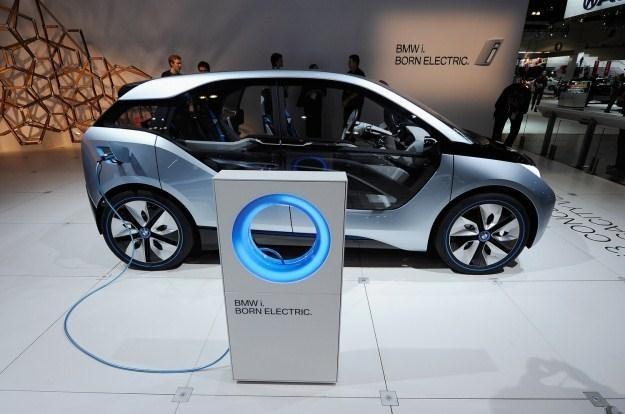 Czy przyszłość należy do aut elektrycznych? Raczej hybrydowych /AFP