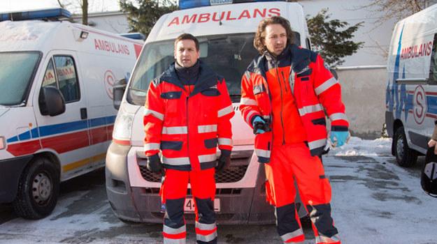 Czy ratownicy ocalą chorego, który wpadł pod samochód - choć wcześniej był powierzony ich opiece? /Agencja W. Impact