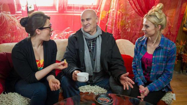 Czy Roman skusi się na propozycję swoich lokatorek? /TVN