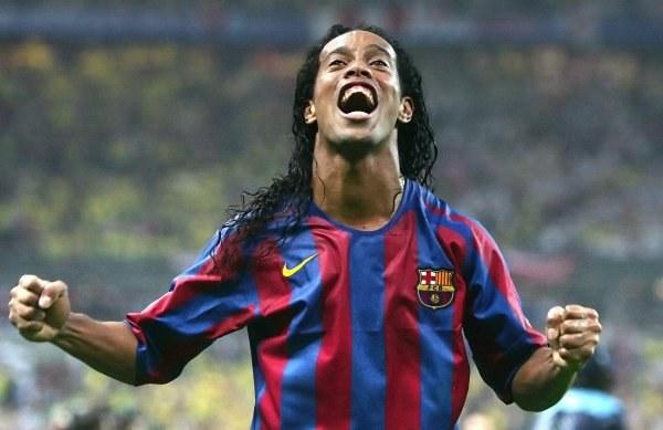 Czy Ronaldinho i jego koledzy z Barcelony przyjadą pod Wawel? /AFP