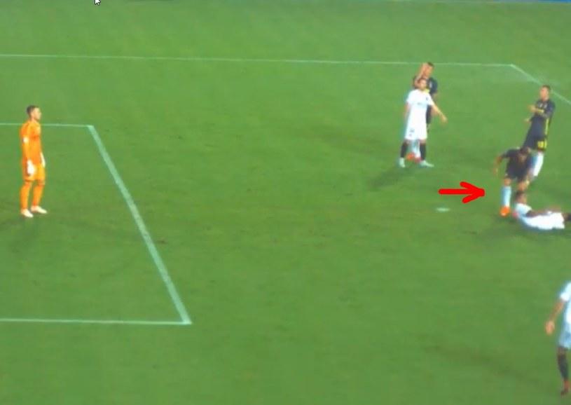 Czy Ronaldo zasłużył na czerwoną kartkę? /