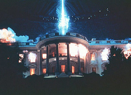 Czy rządy Billa Pullmana doprowadziłby do takich scen w Białym Domu? /materiały dystrybutora