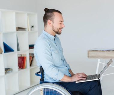 Czy są programy dla osób niepełnosprawnych szukających pierwszej pracy?