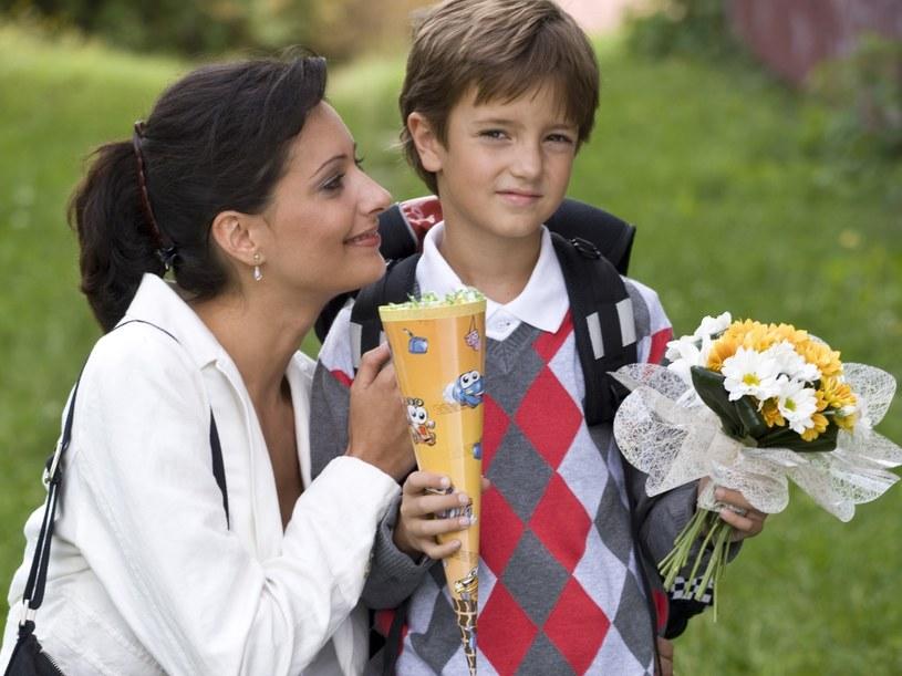 Czy są złymi matkami, bo pozwoliły, by dzieci nie były cały czas z nimi?  /© Bauer