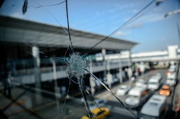 Czy samochody wjeżdżające na teren lotniska są dokładnie przeszukiwane? /AFP