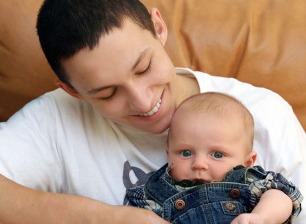 Czy siedemnastolatek nadaje się na ojca? /123RF/PICSEL