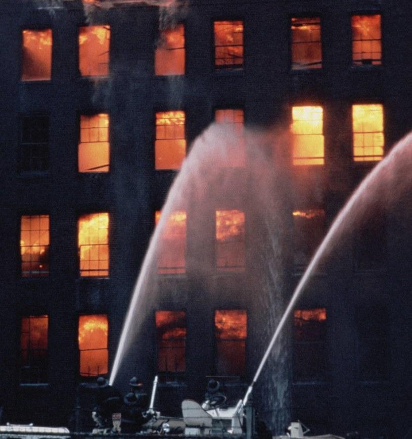Czy skok z okna rzeczywiście może uratować nam życie? /© Glowimages