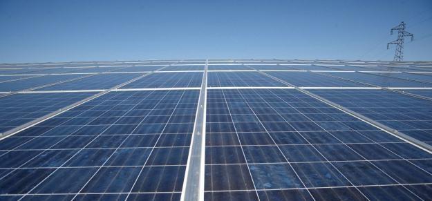 Czy słoneczna farba ma szanse zastąpić popularne panele słoneczne? /AFP