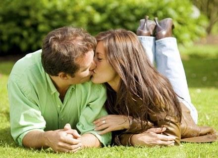 Czy stan zakochania rzeczywiście trwa dwa lata? /ThetaXstock