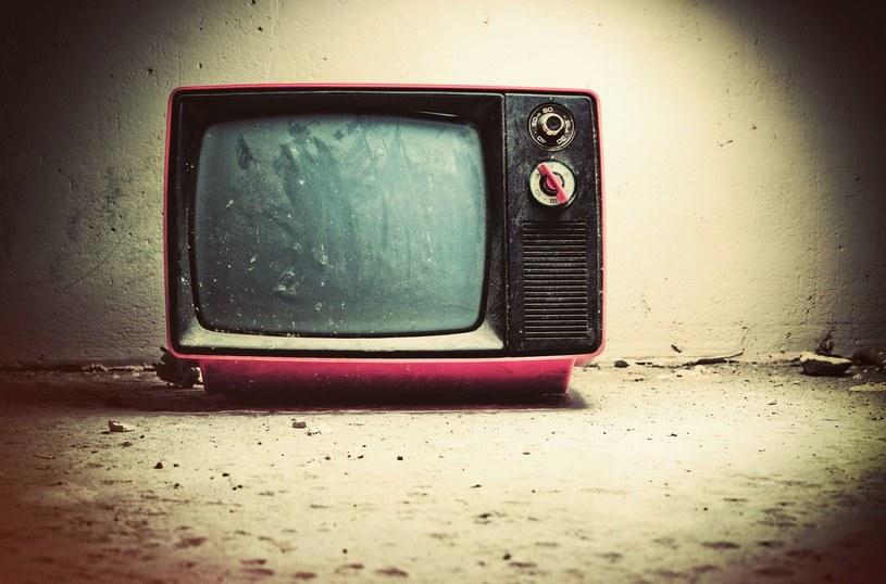 """Czy starsze telewizory rzeczywiście """"lepszy dźwięk"""" niż te nowe urządzenia? /123RF/PICSEL"""