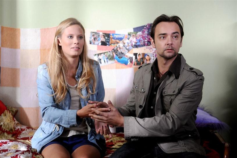 Czy Sylwia (Julia Pietrucha) zdecyduje się na wyjazd z Majaków i ułożenie sobie życia u boku Krisa (Mariusz Ostrowski)? /Agencja W. Impact