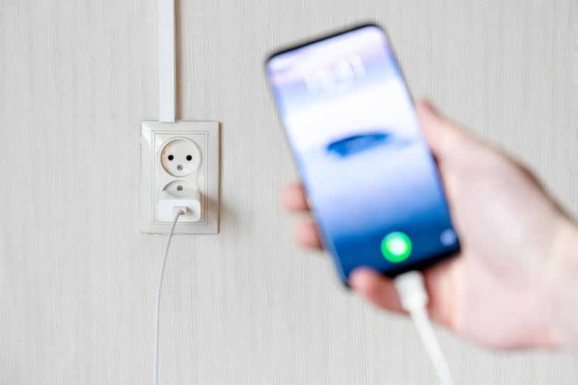 Czy szybkie ładowanie uszkadza smartfona? /123RF/PICSEL