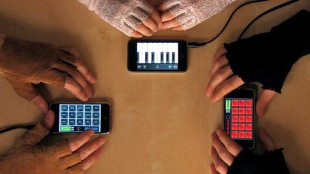 Czy tablety i smartfony pomogą Plusowi i Polsatowi w walce o klienta /AFP