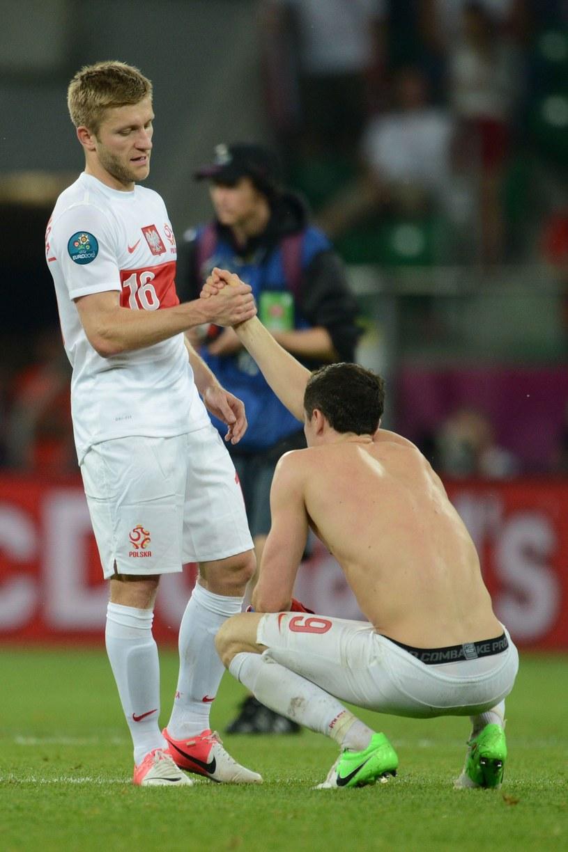 Czy tak wyglądają skonfliktowani ludzie? Jakub Błaszczykowski pociesza Roberta Lewandowskiego po przegranej batalii Euro 2012. /AFP