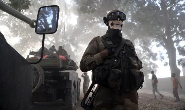 Czy takie dodatki, jak widoczna na zdjęciu niewinna chusta, powinny odgrywać ważną rolę? /AFP