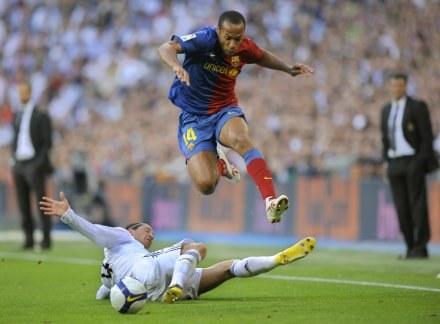 Czy Thierry Henry i spółka zaskoczą Katalończyków? /AFP