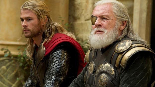 Czy Thor (Chris Hemsworth) dorówna kiedyś ojcu, bohaterskiemu Odynowi (Anthony Hopkins)? /materiały dystrybutora