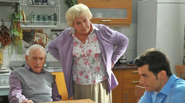 Czy Tomek - przez walkę, którą toczy z Małgosią - utraci nie tylko pracę... ale także rodzinę? A Barbara, zraniona, opowie się w końcu po stronie córki? /www.mjakmilosc.tvp.pl/