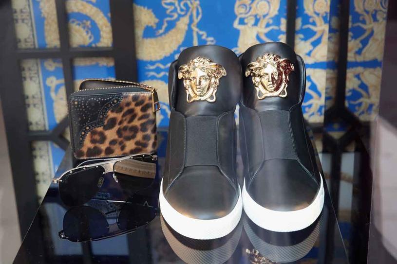 Czy Versace straci swój ekskluzywny charakter? /Getty Images