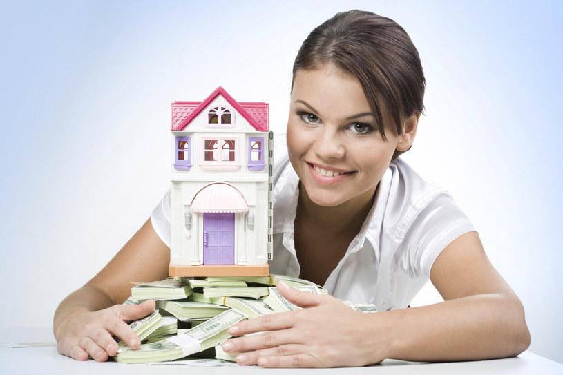 Czy warto korzystać z usług parabanków? /© Glowimages