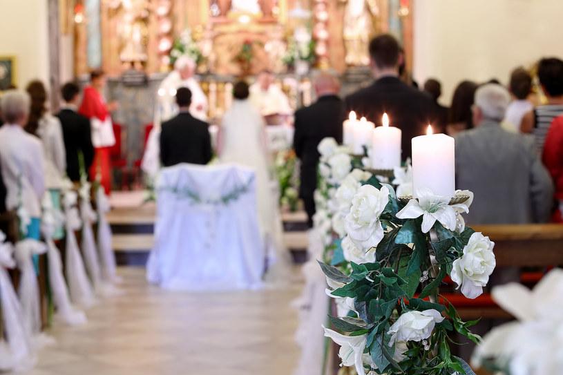 Czy warto robić konkurencję pięknemu tłu kościoła? /123RF/PICSEL