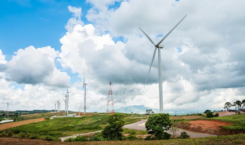 Czy wiatraki pomogą obniżyć rachunki za prąd dla gospodarstw domowych? /123RF/PICSEL