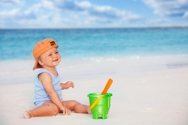 Czy wiesz, co robić, jeśli podczas wakacyjnego wyjazdu maluch zachłyśnie się wodą