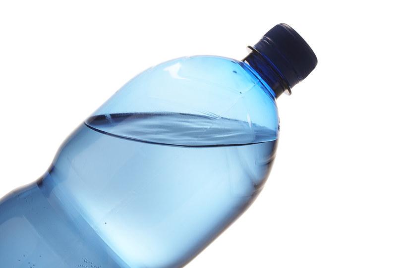 Czy woda butelkowana zawiera szkodliwe substancje? /© Glowimages
