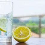 Czy woda z cytryną naprawdę jest taka zdrowa?
