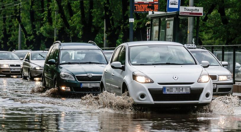 Czy wszyscy kierowcy na tym zdjęciu mają włączone prawidłowe światła? /Karolina Misztal /Reporter