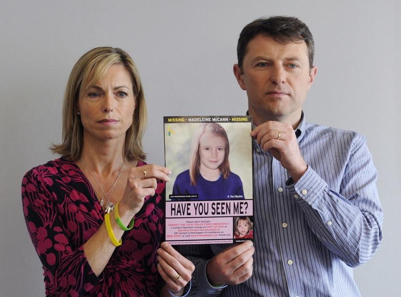 Czy zagadka zaginięcie Madeleine McCann zostanie wreszcie rozwiązana? Na zdjęciu: rodzice dziewczynki z jej zdjęciem /FACUNDO ARRIZABALAGA /PAP/EPA