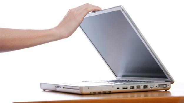 Czy zamknięcie laptopa jest wystarczającym powodem do aresztowania? /gizmodo.pl