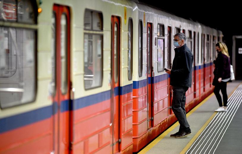 Czy zarobki mają wpływ na wybór środka transportu do pracy? /Maciej Gillert /Getty Images