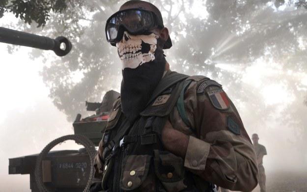 Czy żołnierz podczas misji nie powinien maskować się w ten sposób? /AFP