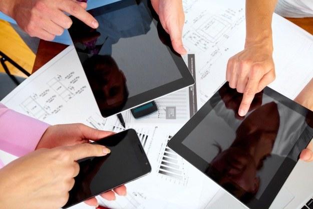 Czym kierować się przy wyborze tabletu? /123RF/PICSEL