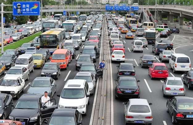 Czym zasilić miliony samochodów? /AFP