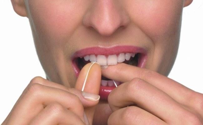 Czyść zęby nitką /© Photogenica