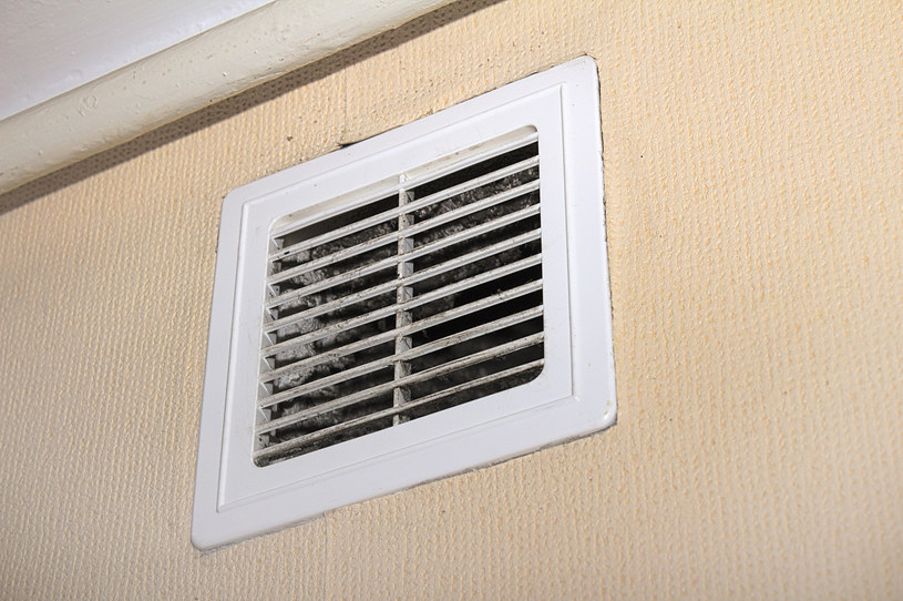 Czysta i drożna kratka wentylacyjna może uchronić przed najgorszym /123RF/PICSEL
