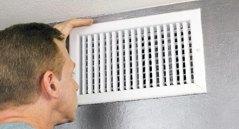 Czysta kratka wentylacyjna zapewnia odpowiednią cyrkulację powietrza /123RF/PICSEL