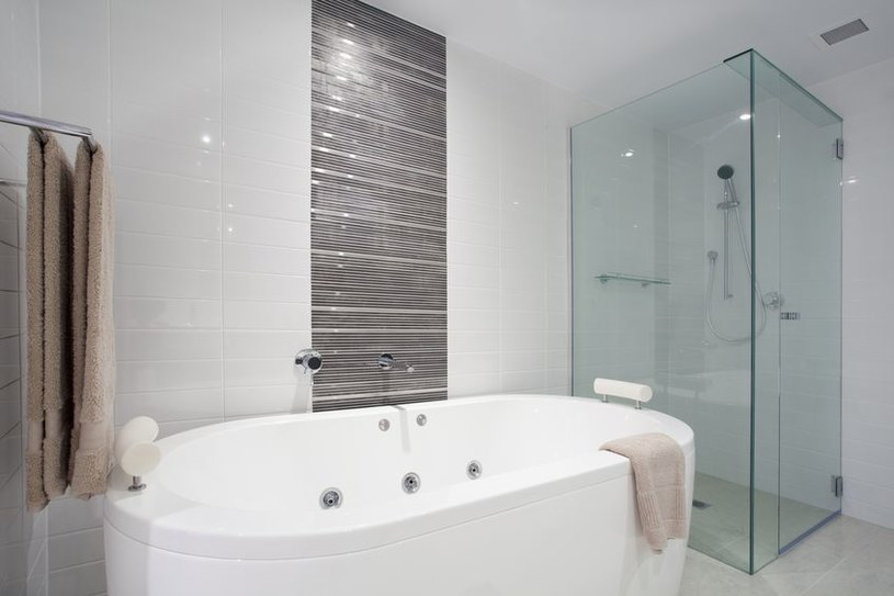 Czysta wanna i prysznic /©123RF/PICSEL