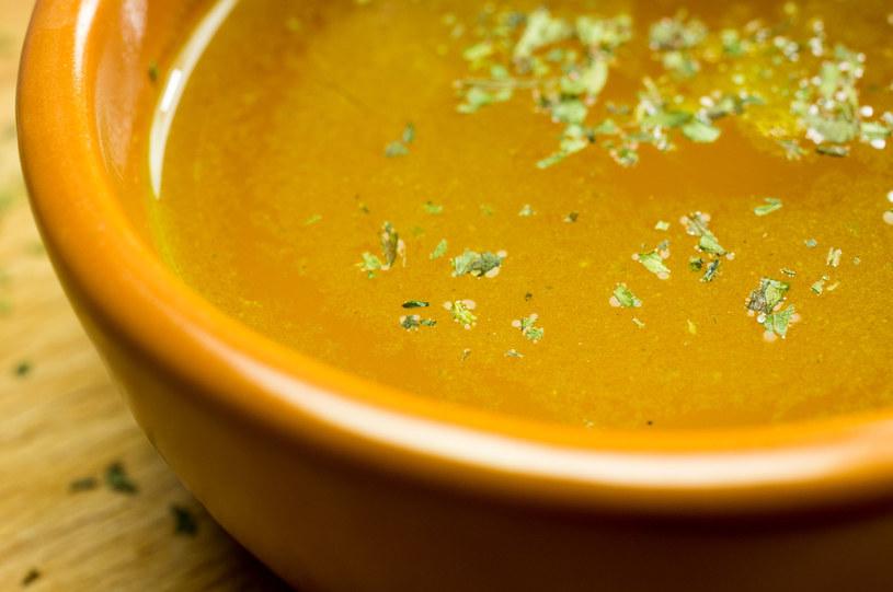Czysty bulion to podstawa dobrej zupy /123RF/PICSEL