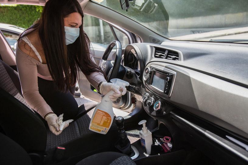 Czysty samochód nie tylko chroni przed dostaniem się koronawirusa z zewnątrz, ale jeszcze zabija go na przedmiotach pozostawionych w środku /Getty Images