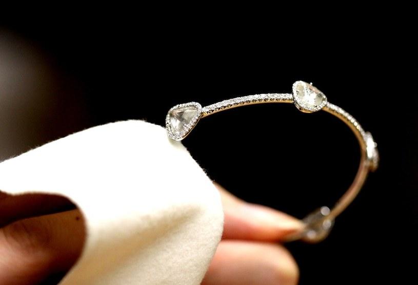 czyszczenie biżuterii /© Photogenica