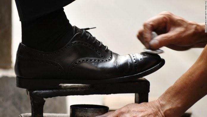 Czyszczenie butów pastą do zębów /© Photogenica