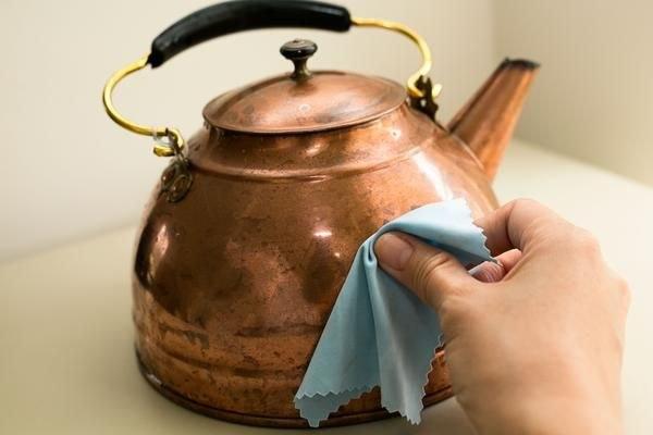 czyszczenie miedzianych  przedmiotów /© Photogenica