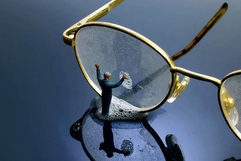 czyszczenie okularów /© Photogenica